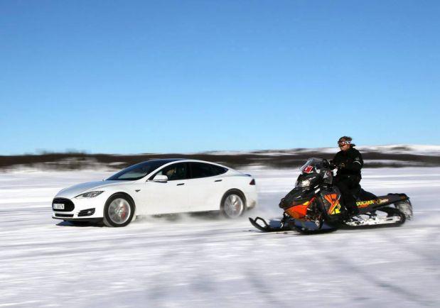 Калейдоскоп, На льду норвежского озера электромобиль обогнал снегоход | На льду норвежского озера электромобиль обогнал снегоход