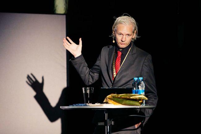 Общество, Шведские прокуроры намерены допросить Джулиана Ассанжа |