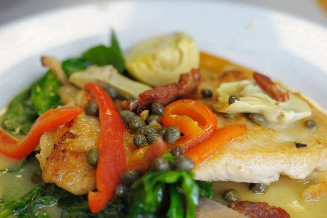 Рецепты, Весенний салат с куриным филе, каперсами и грецкими орехами | Весенний салат с куриным филе, каперсами и грецкими орехами