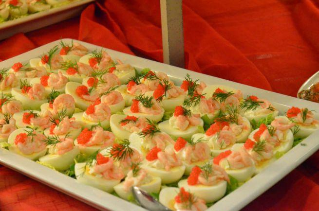 Рецепты, Шведская закуска Fyllda ägghalvor - яйца с икрой и креветками | Шведская закуска Fyllda ägghalvor - яйца с икрой и креветками