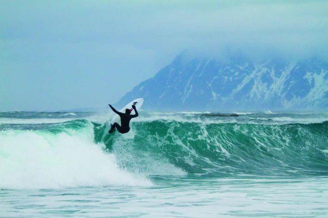 Туризм, Зимние пляжи норвежского заполярья привлекают сёрферов | Зимние пляжи норвежского заполярья привлекают сёрферов