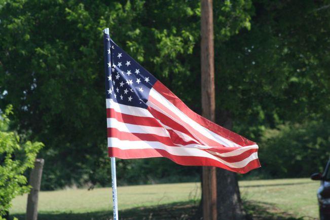 Калейдоскоп, Полицейские заставили датчанку спустить американский флаг | Полицейские заставили датчанку спустить американский флаг